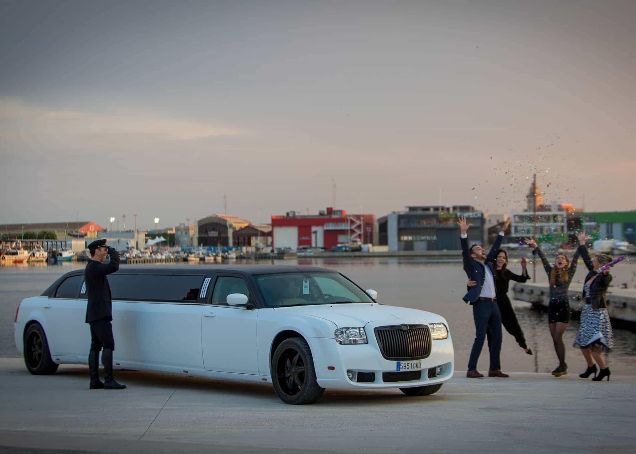 Limusina Chrysler Blanca imagen 1
