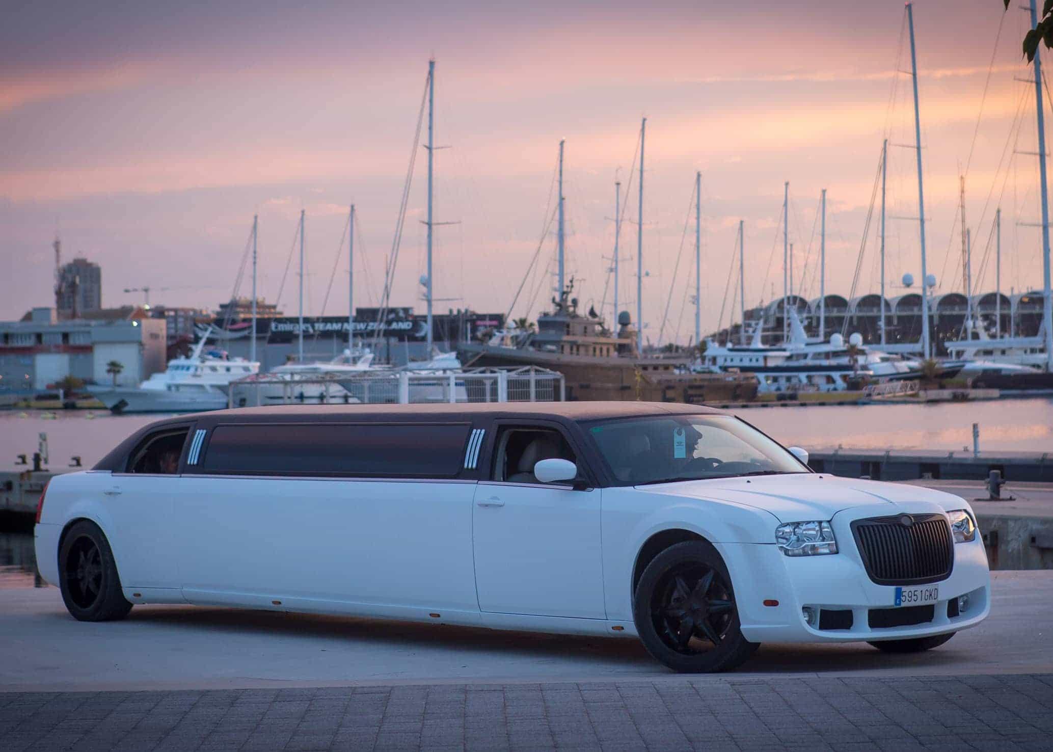 Limusina Chrysler Blanca imagen 3