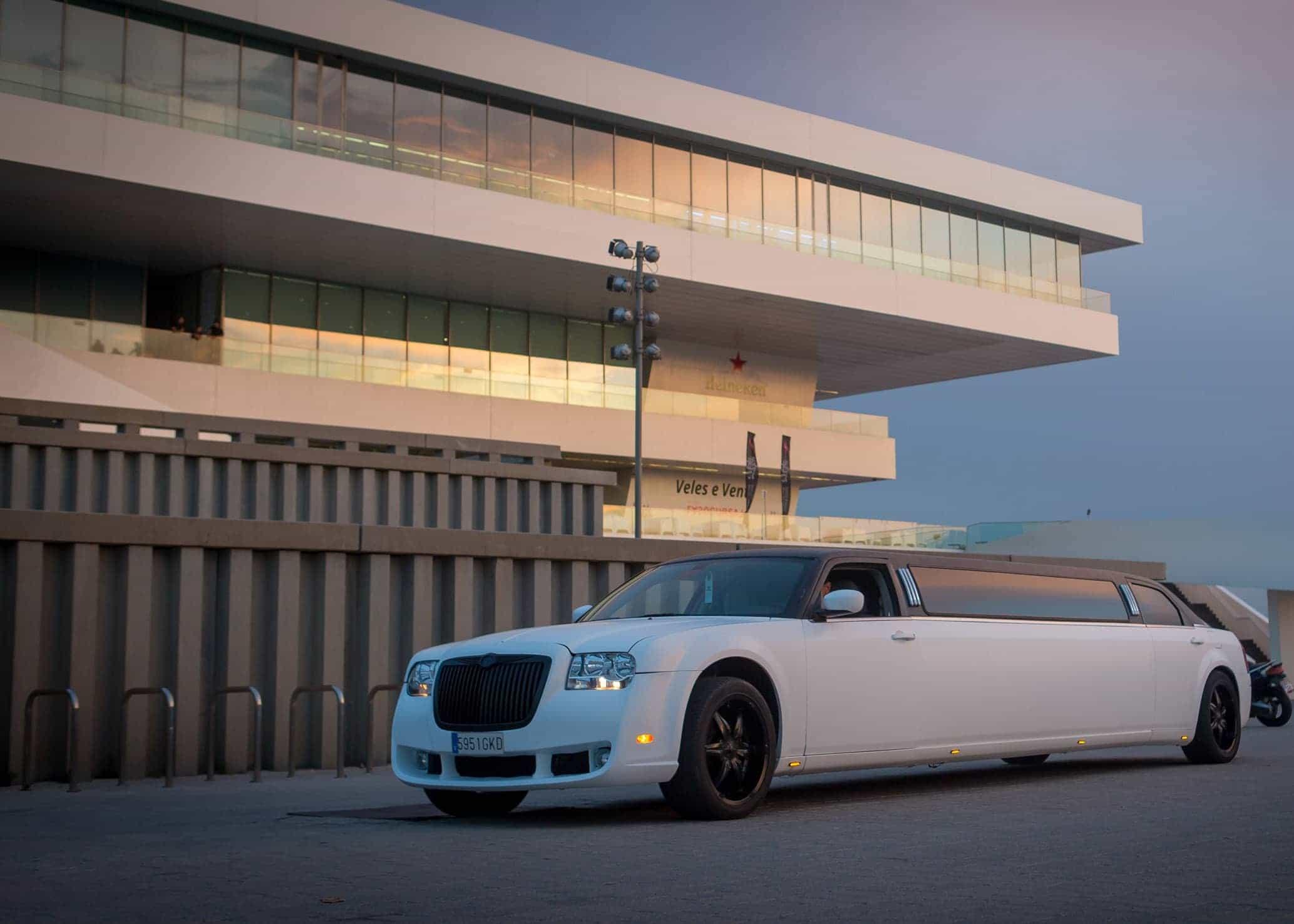 Limusina Chrysler Blanca imagen 4